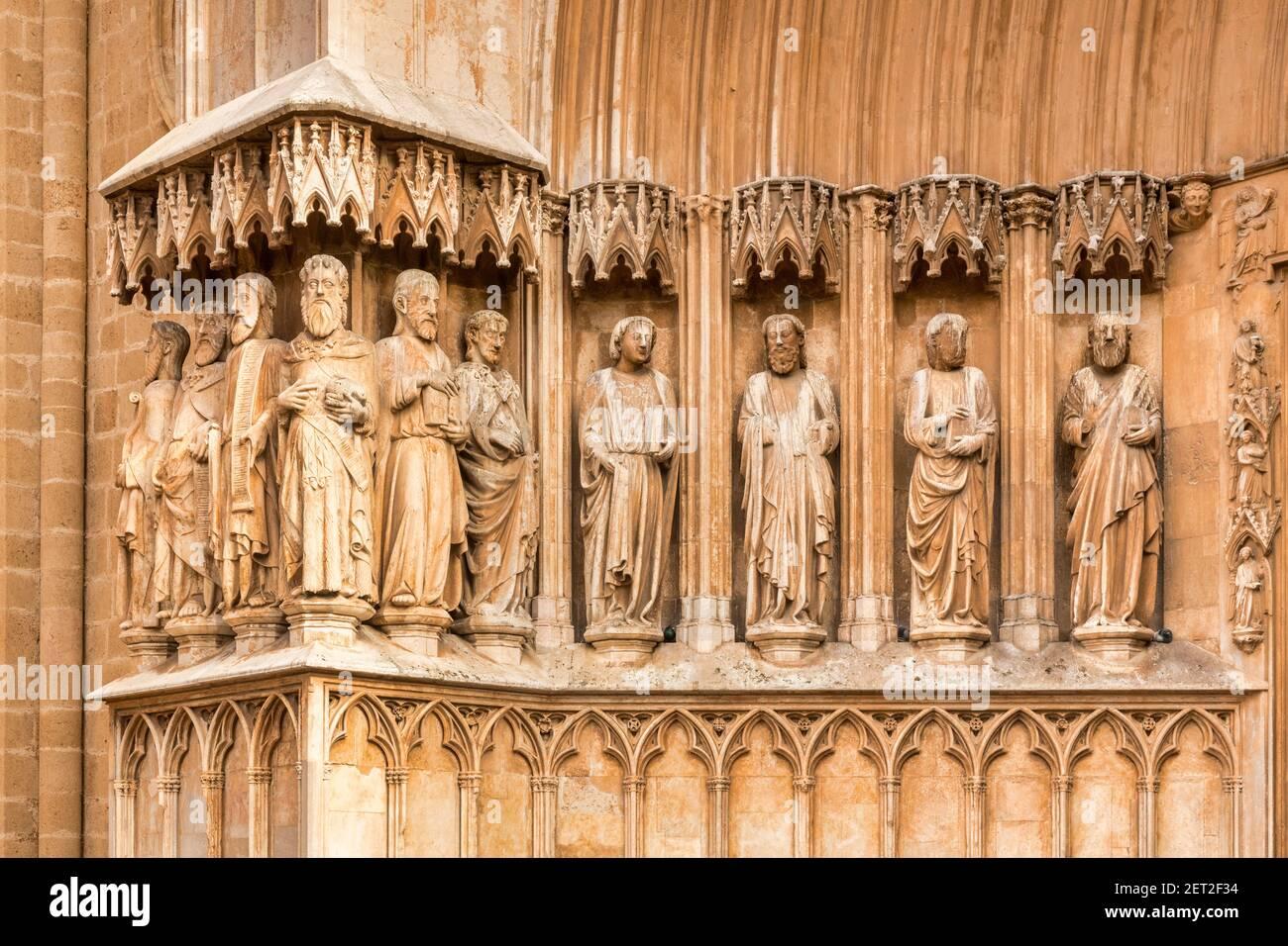 Detail des Frieses an der Südostfassade der Kathedrale von Tarragona aus Pla de la Seu in Tarragona, Spanien. Stockfoto