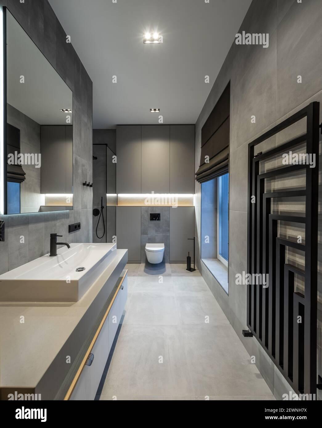 Moderne Innenausstattung des Badezimmers in modernen Luxus Wohnung ...