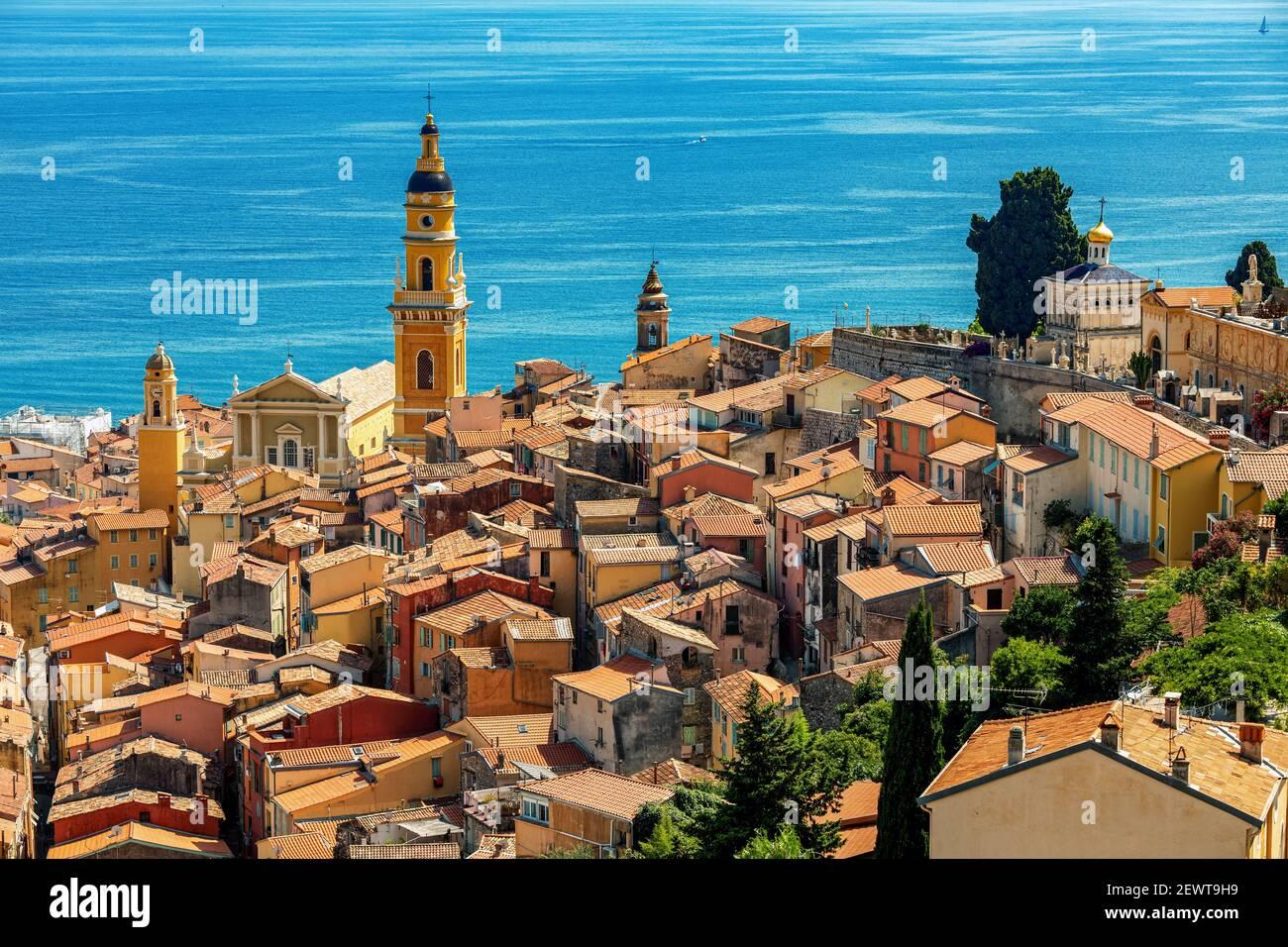Blick von oben auf die Altstadt von Menton mit Blick auf das Mittelmeer an der französischen Riviera. Stockfoto