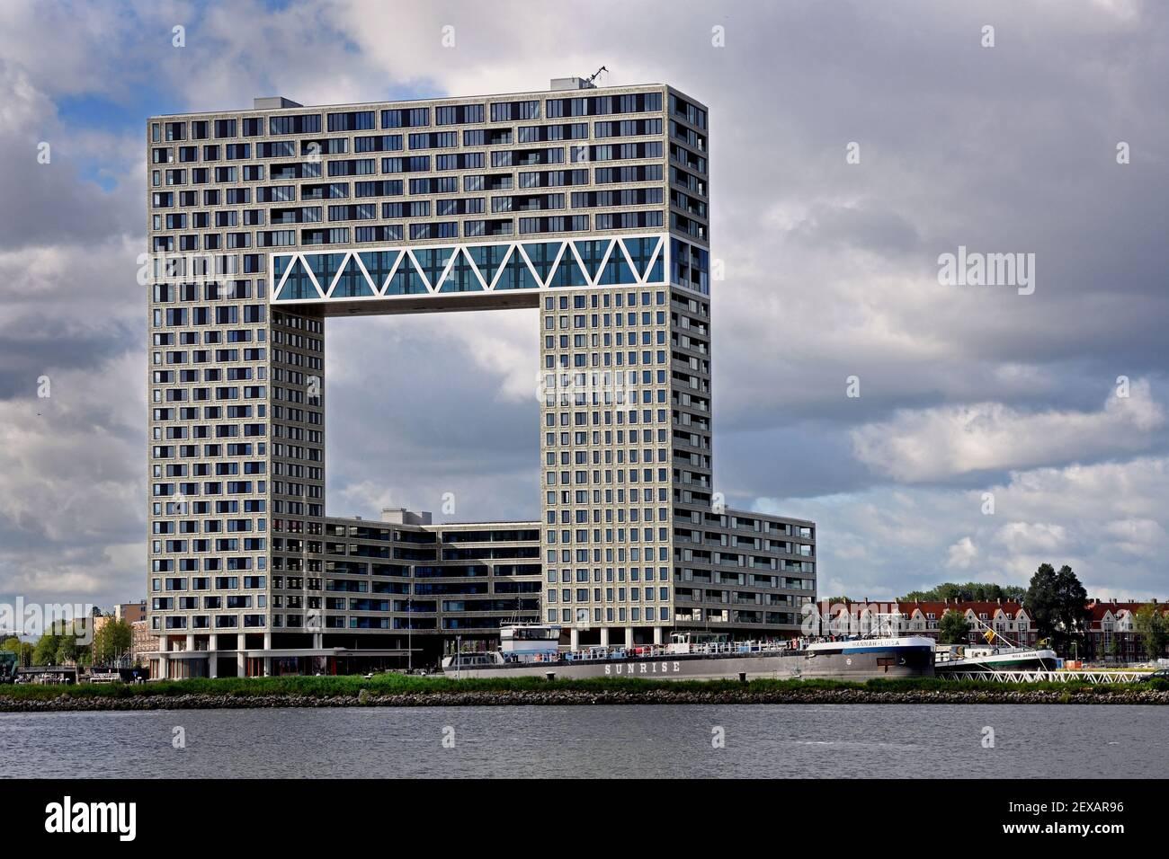 Amsterdam Niederlande Moderne Architektur Apartments am Westerdoksdijk und zwischen Oude Houthaven und IJ Hafenhafen Kanal Amsterdam, Niederlande, (De Pontsteiger, auch bekannt als das Pontsteiger Gebäude oder Millionen Gebäude, ist ein Wohnturm in der niederländischen Stadt Amsterdam. Entworfen von Arons en Gelauff Architecten,) Stockfoto