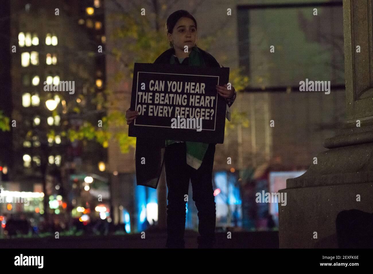 NEW YORK CITY - 10. DEZEMBER 2015 - ADemonstratoren halten bei der Kundgebung gegen Donald Trumps Vorschlag für ein Asylverbot für muslimische Immigranten Zeichen hoch. Am Internationalen Tag der Menschenrechte veranstalteten Aktivisten der Gruppe MENA Solidarity eine Rush-Hour-Demonstration im Columbus Circle in Manhattan, um die vorgeschlagenen Beschränkungen für muslimische Amerikaner durch den republikanischen Präsidentschaftskandidaten Donald Trump zu verurteilen und um Unterstützung für syrische Flüchtlinge zu zeigen, die jetzt in den Vereinigten Staaten ankommen. (Foto von Albin Lohr-Jones / Pacific Press) *** Bitte benutzen Sie die Gutschrift aus dem Kreditfeld *** Stockfoto