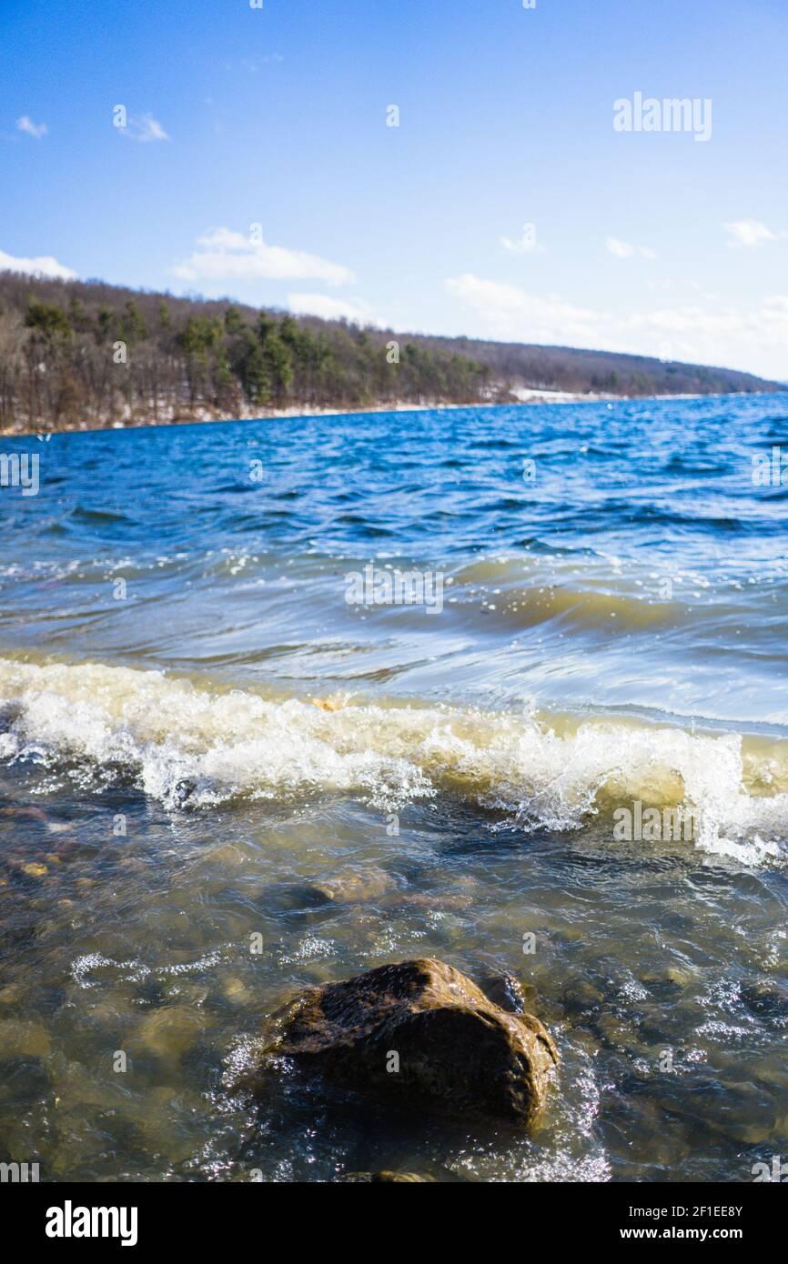 Wellen am Seeufer Stockfoto