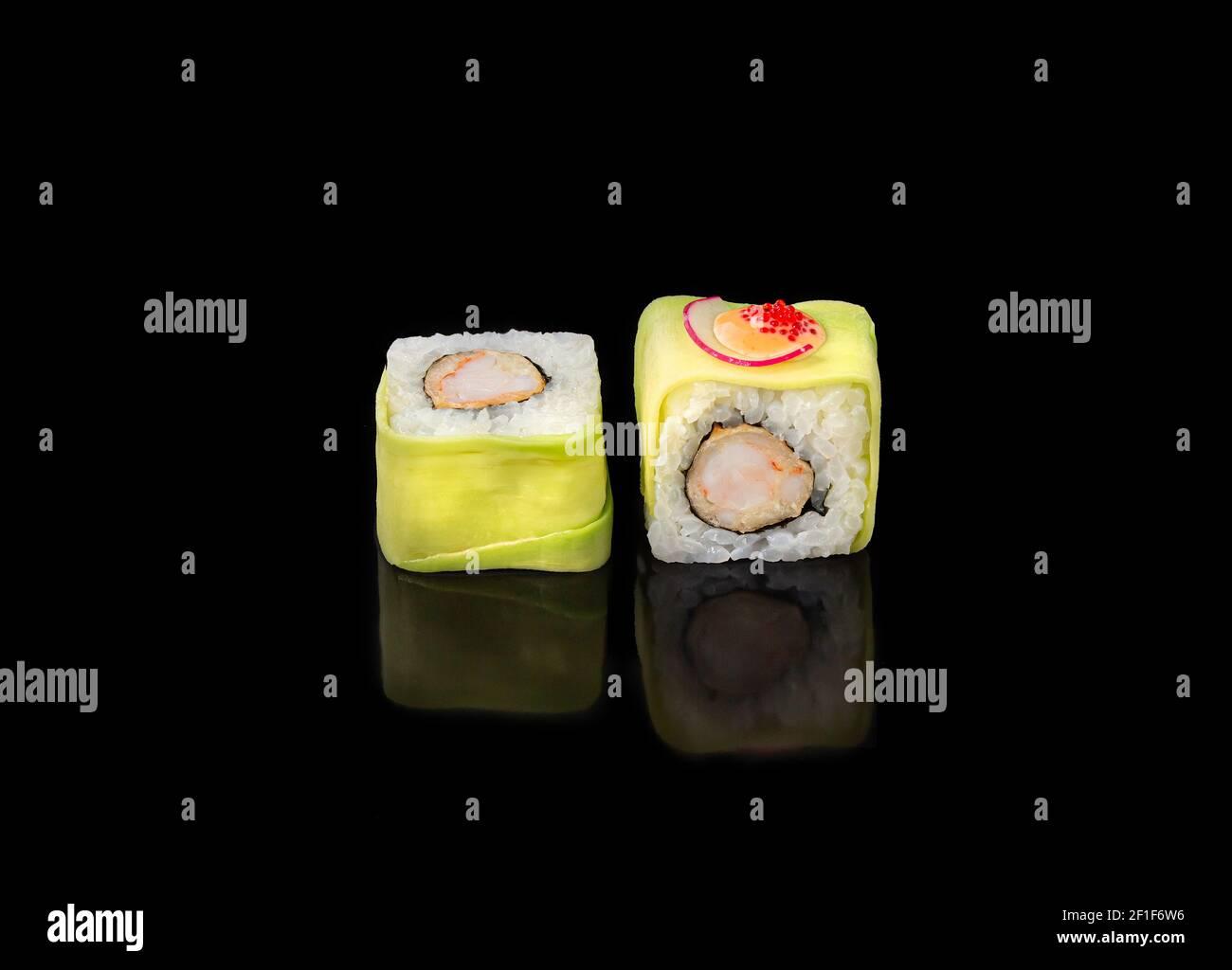 Sushi-Rollen auf schwarzem Hintergrund, japanische Küche. Stockfoto