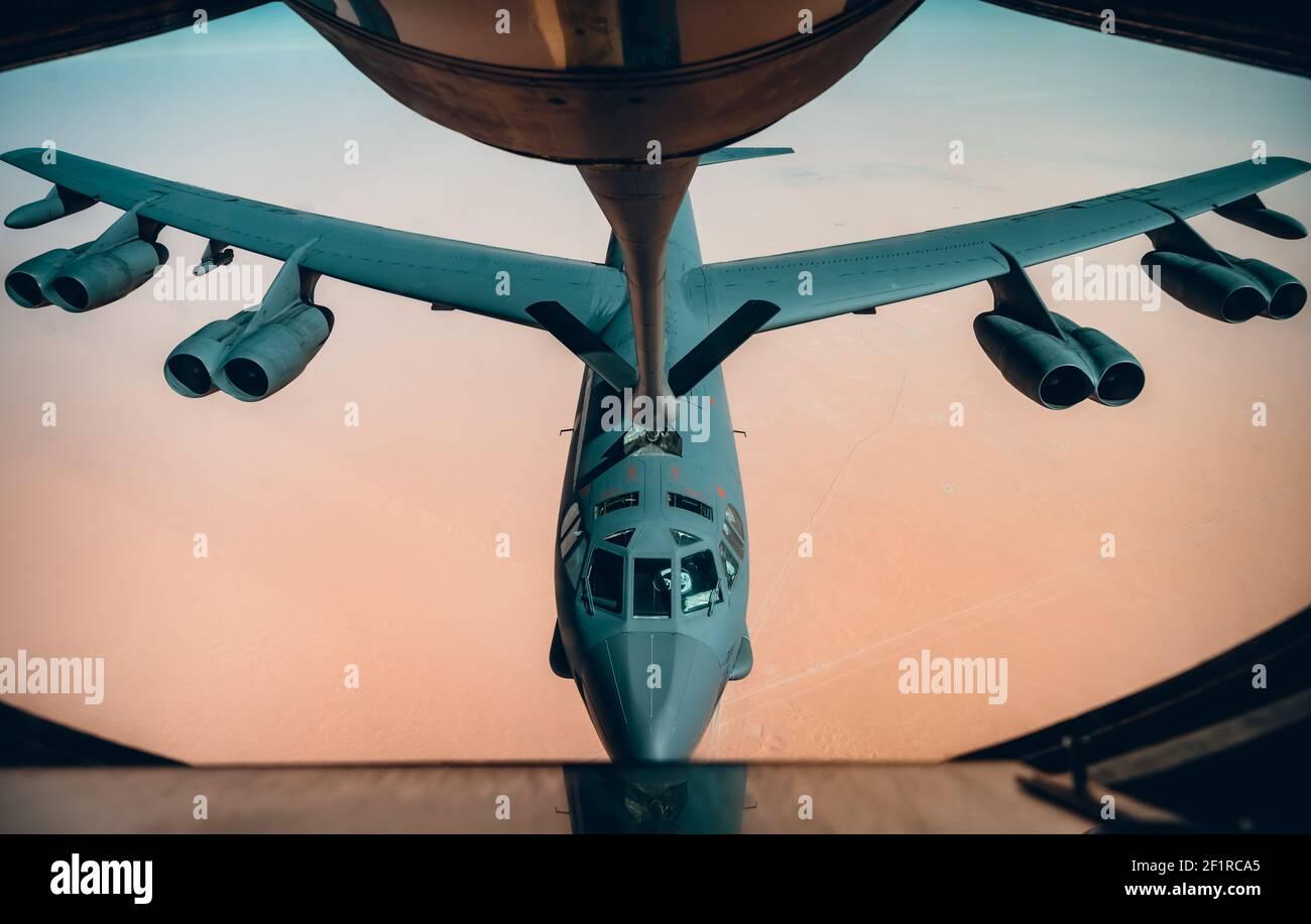 Ein strategischer Bomber der US Air Force B-52H Stratofortress, der dem Bombenflügel 5th zugewiesen wurde, betankt von einem KC-10 Extender, der dem Expeditionary Air Betankungsgeschwader 908th am 7. März 2021 über dem Persischen Golf zugewiesen wurde. Das Flugzeug flog über den Persischen Golf, um eine mögliche Aggression des Iran abzuschrecken. Stockfoto