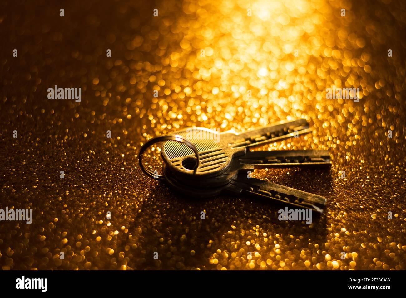 Schlüssel auf goldenem Hintergrund Stockfoto