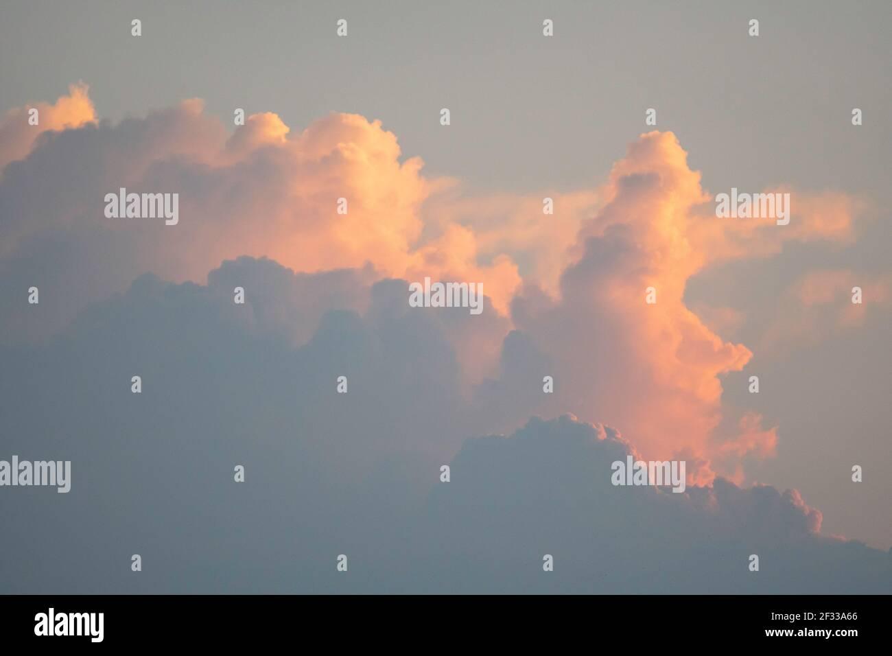 Sommer Blue Sky und weiße Wolken Hintergrund. Schöne klare bewölkt in Sonnenlicht Frühjahrssaison. Panorama lebendige Cyan Wolkenlandschaft in der Natur. O Stockfoto