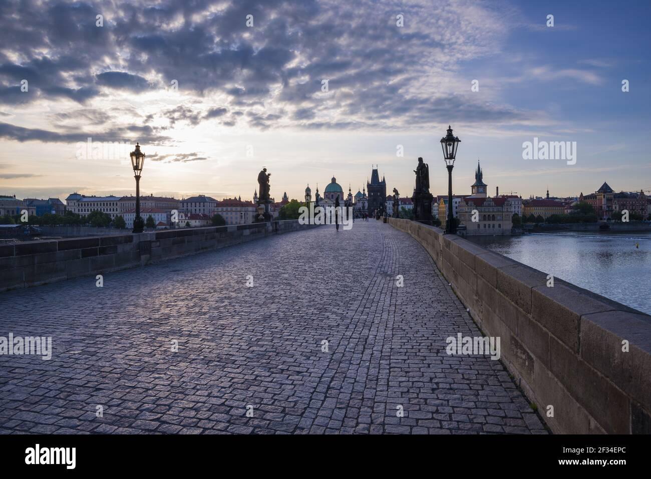 Geographie / Reisen, Tschechien, Karlsbrücke mit Altstädter Brückenturm, UNESCO Weltkulturerbe, Prag, Tschechien, Panorama-Freiheit Stockfoto