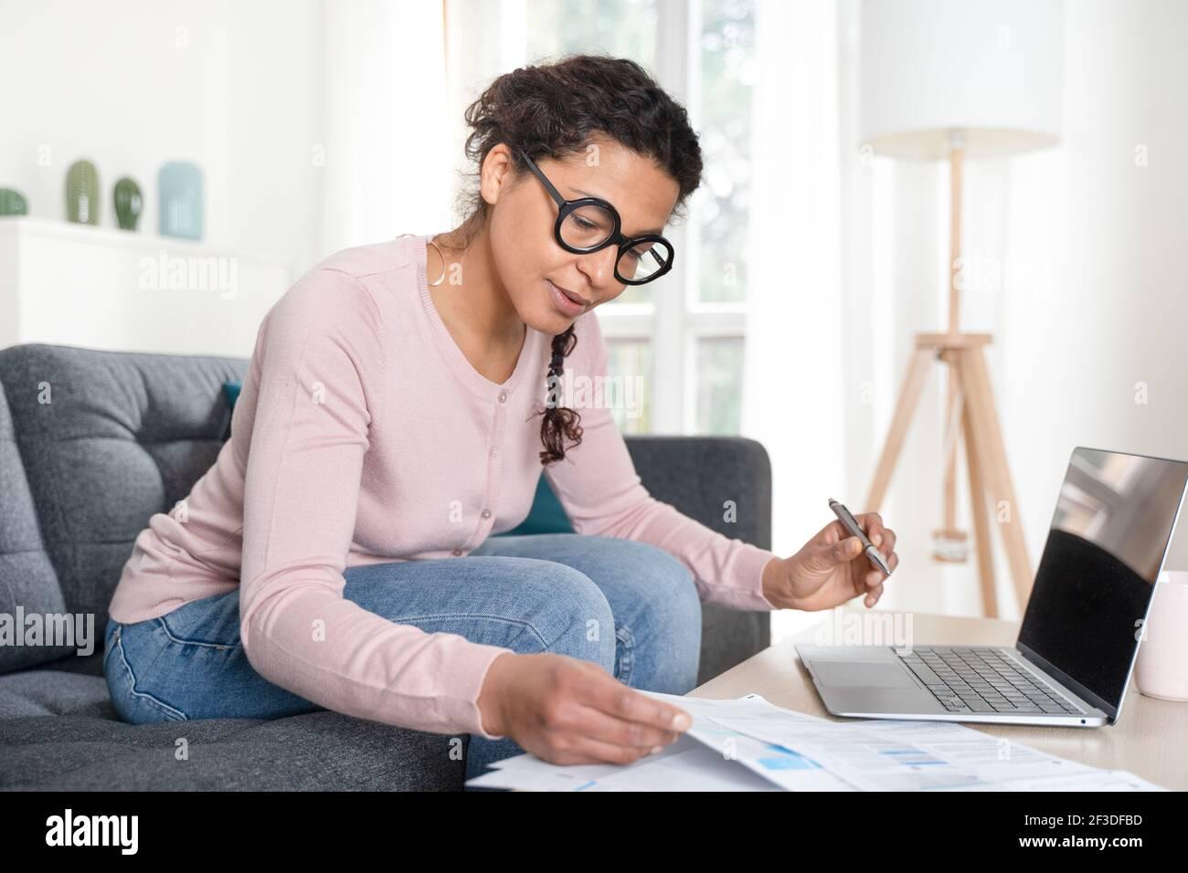 Schwarze Frau Home Office und Remote-Arbeit Stockfoto