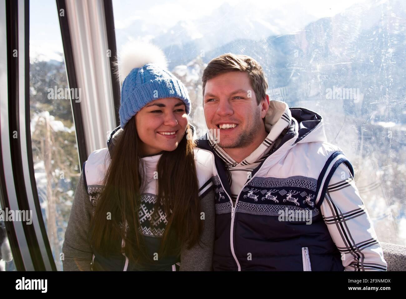 Skilift, Skifahren, Skigebiet - glückliche Skifahrer auf Skilift. Stockfoto