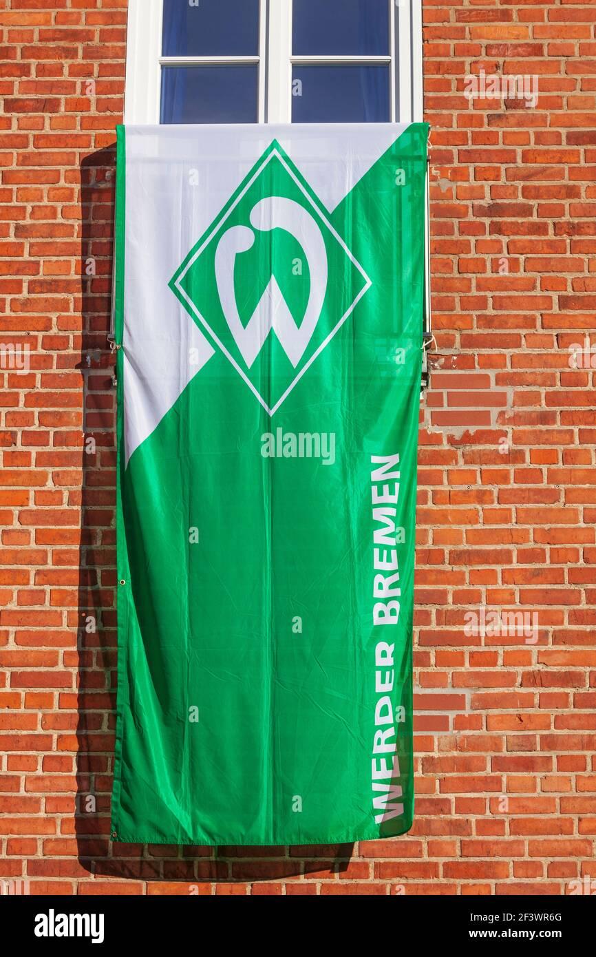 Werder Bremen Flagge hängt an einem Fenster, Deutschland Stockfoto