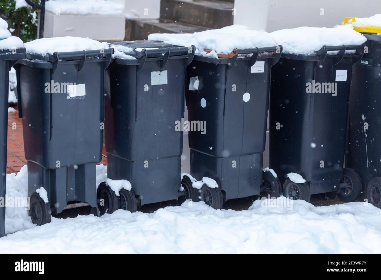 Verschneite Mülltonnen, Deutschland, Europa Stockfoto