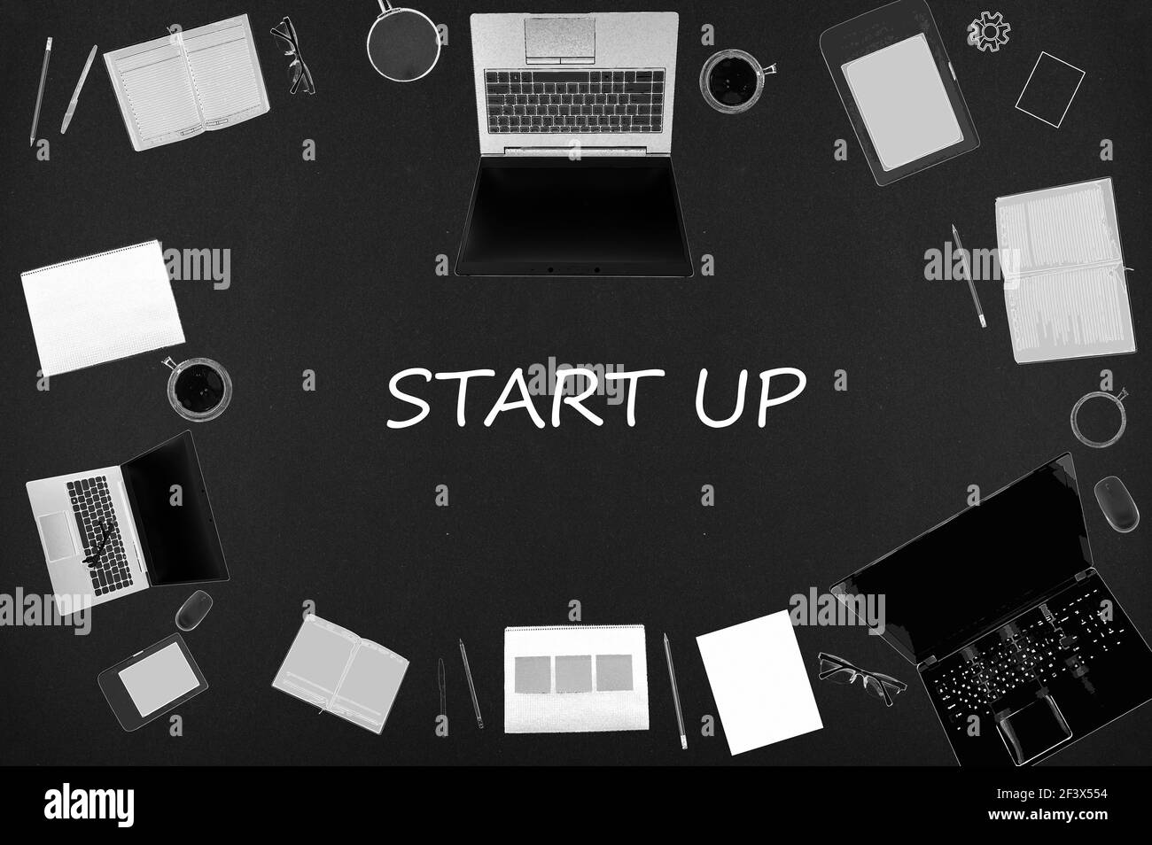 Startkonzept. Top-Layout von Zeichnungen von Laptops, Notizblöcke, Kaffee, verschiedene Business-Sachen auf schwarzem Hintergrund. Stockfoto