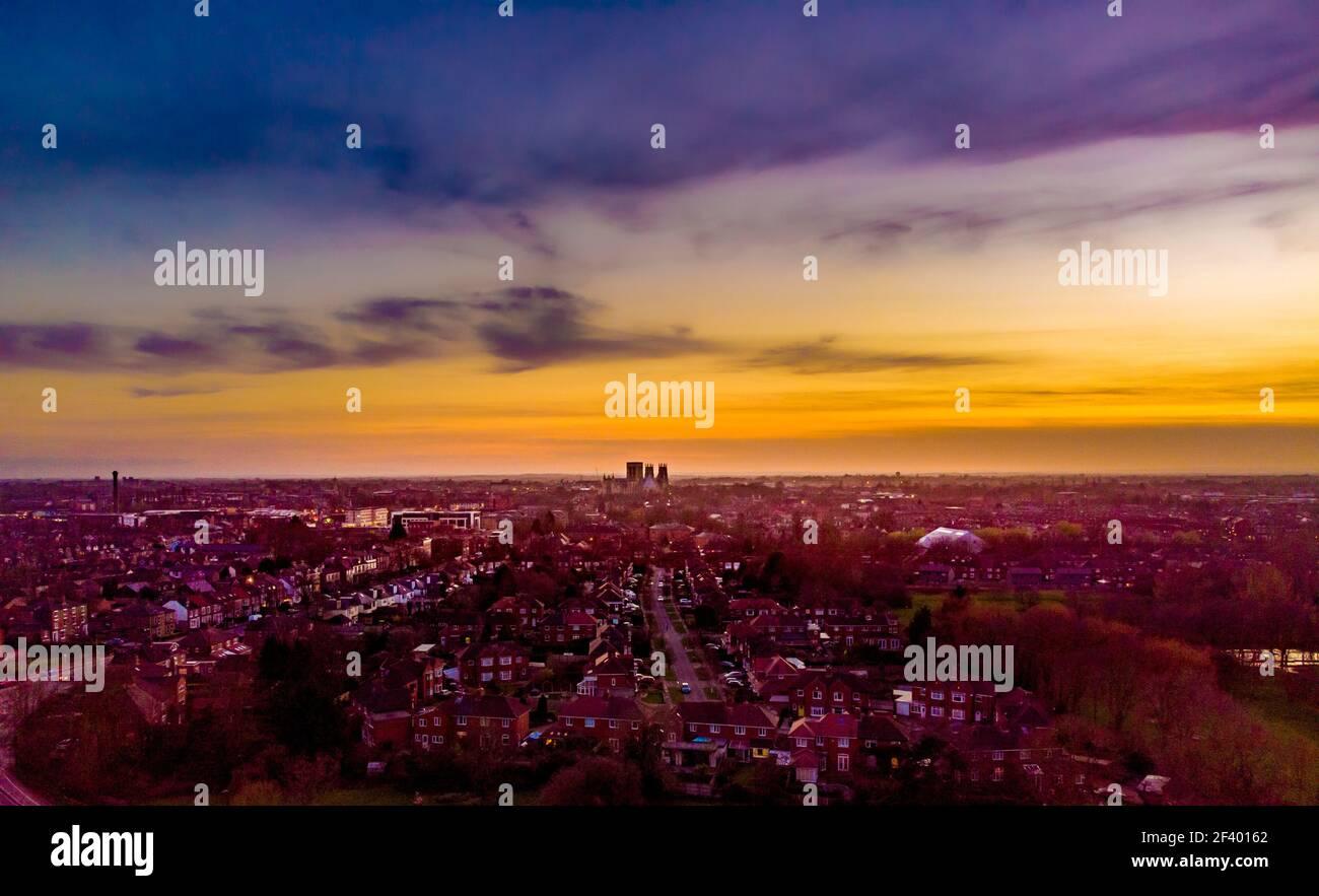 Luftaufnahme der Skyline von York, Blick nach Südwesten auf den Sonnenuntergang mit York Minster in der Ferne. VEREINIGTES KÖNIGREICH Stockfoto