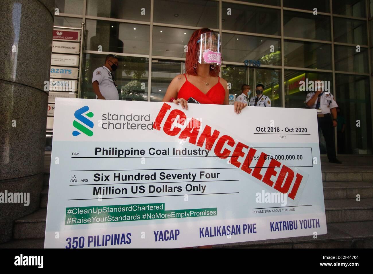 Makati City, Philippinen. März 2021, 19th. Klimaaktivisten hielten einen riesigen abgesagten Scheck ab, als sie vor der Standard Chartered Bank protestierten. Sie fordern die Bank auf, die Finanzierung von Kohleprojekten einzustellen. Kredit: Majority World CIC/Alamy Live Nachrichten Stockfoto