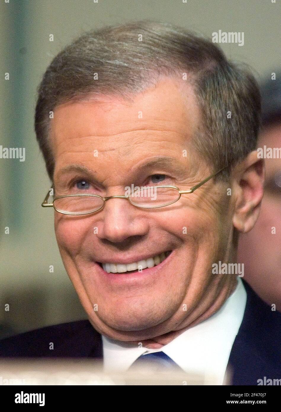 US-Senator Bill Nelson (Demokrat von Florida) hört sich die Aussagen des designierten US-Handelsministers Carlos Gutierrez zu seiner Ernennung, Don Evans am 5. Januar 2004 vor dem US-Senatsausschuss für Handel, Wissenschaft und Verkehr in Washington, D.C., zu ersetzen. .Credit: Ron Sachs / CNP weltweit Stockfoto