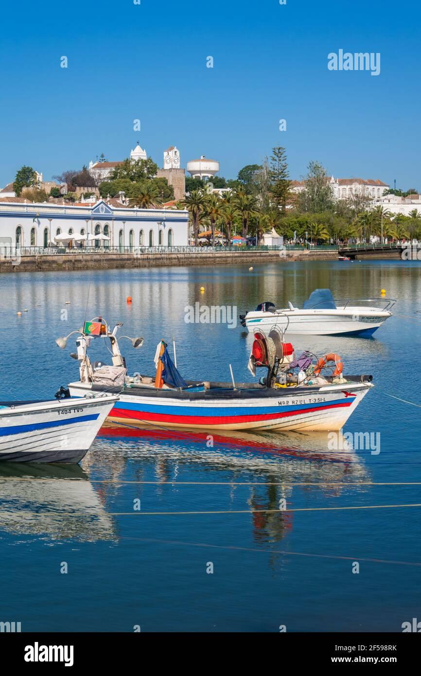 Fischerboote in Tavira, an der östlichen Algarve und in Portugal Stockfoto