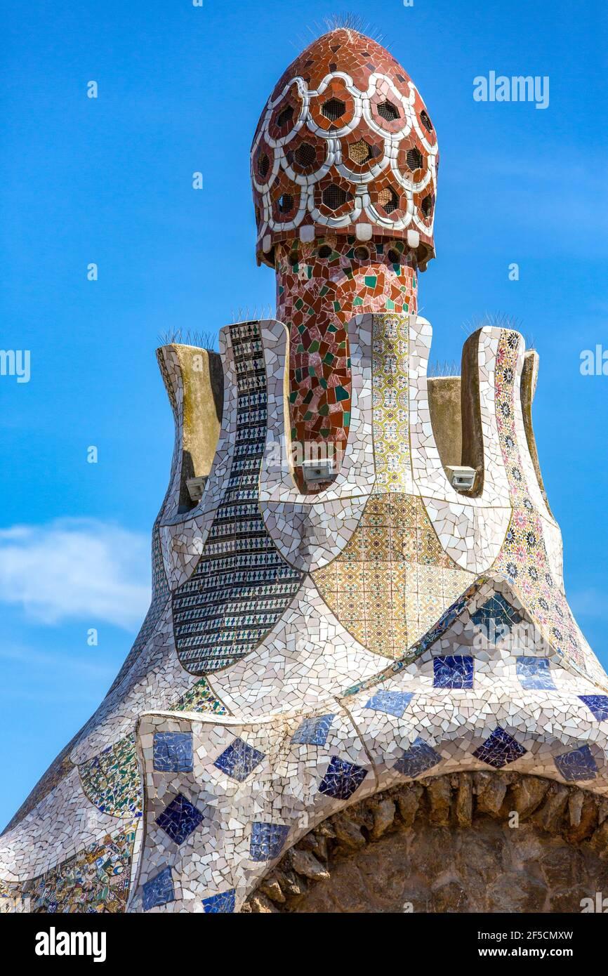 Kunstvolle Mosaikschornsteine im Parc Güell von Gaudi in Barcelona in Katalonien. Der Park umfasst 20 Hektar (50 Hektar) und war opene Stockfoto