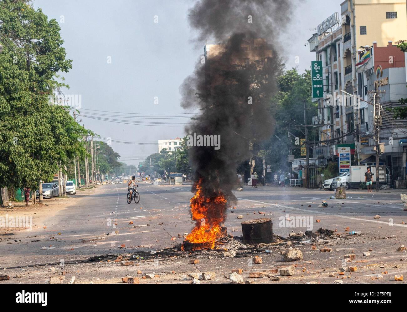 Brennende Reifen in der Mitte der Straße gesehen, um zu verhindern, dass Polizei und Militär die Anti-Demokratie-Demonstranten während eines Protests gegen den Militärputsch erreichen.Myanmar Polizei und Soldaten (Tatmadow) griff Demonstranten mit Gummigeschossen, Munition, Tränengas und Betäubungsbomben als Reaktion auf antimilitärische Putschisten am Samstag, die mehr als 90 Menschen getötet und viele andere verletzt haben. Mindestens 300 Menschen sind seit dem Putsch vom 1. Februar in Myanmar getötet worden, sagte ein Menschenrechtsbeamter der Vereinten Nationen. Das Militär von Myanmar hat am Februar die staatliche Beraterin von Myanmar, Aung San Suu Kyi, festgenommen Stockfoto