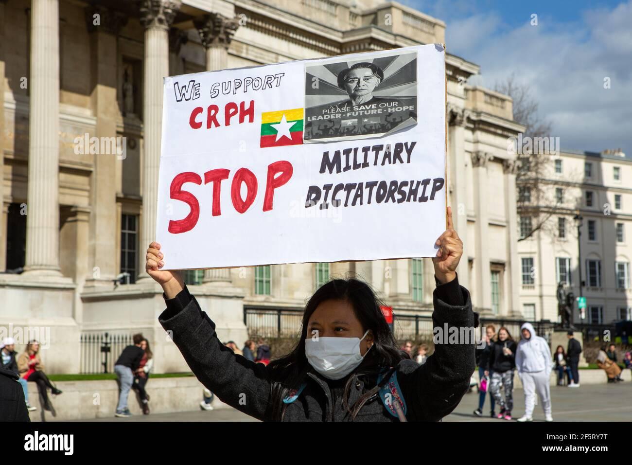 Eine Protesterin, die während einer friedlichen Demonstration ein Plakat mit ihrer Meinung hielt.Anti-Militärputsch-Demonstranten in Myanmar versammelten sich am Trafalgar Square, während Dutzende weitere im Land getötet werden. Polizei und Militärsoldaten aus Myanmar (Tatmadow) griffen Demonstranten am Samstag in Myanmar mit Gummigeschossen, lebender Munition, Tränengas und Betäubungsbomben als Reaktion auf antimilitärische Putschprotestierende an, töteten mehr als 90 Menschen und verletzten viele andere. Mindestens 300 Menschen sind seit dem Putsch vom 1. Februar in Myanmar getötet worden, sagte ein Menschenrechtsbeamter der Vereinten Nationen. Das Militär von Myanmar hat den Staatsrat festgenommen Stockfoto