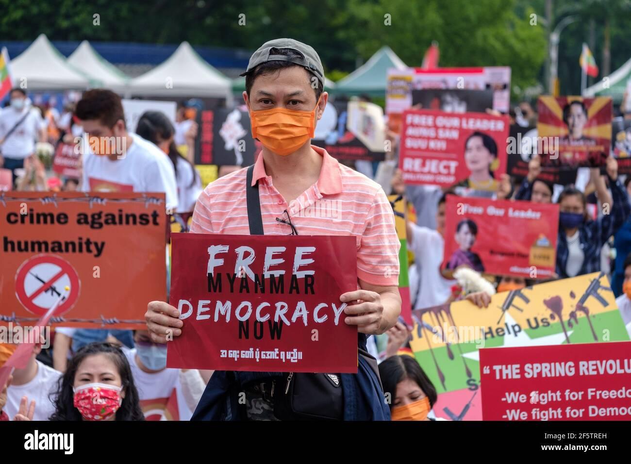 Während der Demonstration halten Demonstranten Plakate.Burmesen, die in Taiwan leben, versammelten sich zusammen mit den lokalen Gemeinschaften am Platz der Freiheit, um ein Ende des Militärputsches in Myanmar zu fordern. Polizei und Militärsoldaten aus Myanmar (Tatmadow) griffen Demonstranten am Samstag in Myanmar mit Gummigeschossen, lebender Munition, Tränengas und Betäubungsbomben als Reaktion auf antimilitärische Putschprotestierende an, bei denen mehr als 100 Menschen getötet und viele andere verletzt wurden. Mindestens 300 Menschen sind seit dem Putsch vom 1. Februar in Myanmar getötet worden, sagte ein Menschenrechtsbeamter der Vereinten Nationen. Das Militär von Myanmar hat den Staatsrat festgenommen Stockfoto