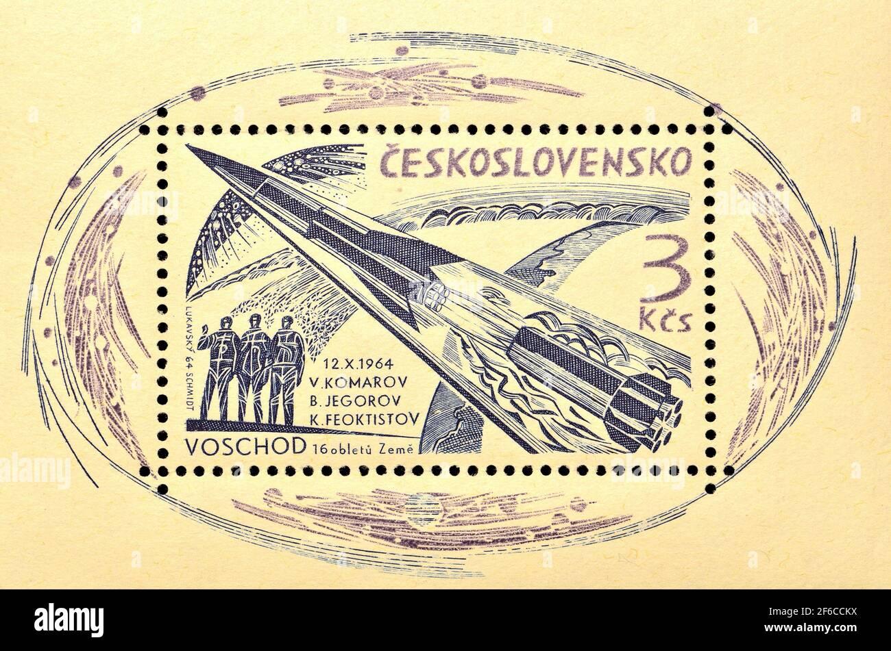 Czecholslovakian Briefmarke Mini-Blatt (1964) zum Gedenken an den Start des sowjetischen Raumschiffs Voskhod I mit 3 Astronauten Vladimir M. Komarov, Bo Stockfoto