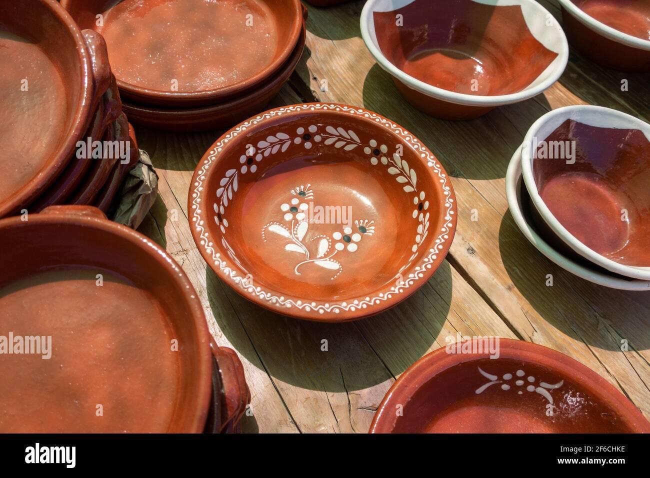Verschiedene glasierte Gerichte auf dem Markt an der Algarve, Portugal Stockfoto