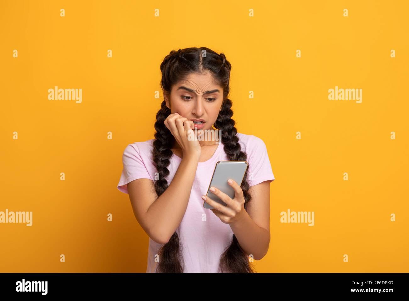 27 Scared Looking Woman Cellphone Stockfotos und  bilder Kaufen   Alamy