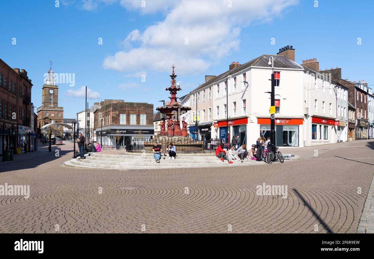 """Dumfries, Schottland, Großbritannien. 2. April 2021. An dem Tag, an dem die  schottische Regierung Lockdown-Regeln von """"Stay At Home"""" zu """"Stay Local""""  lockert, bleiben die Einkaufsstraßen im Stadtzentrum von Dumfries fast  menschenleer"""
