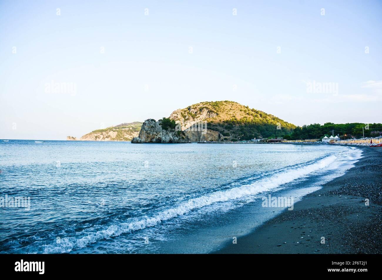 Blick auf den langen Strand von Palinuro und seine Klippen in Italien. Stockfoto
