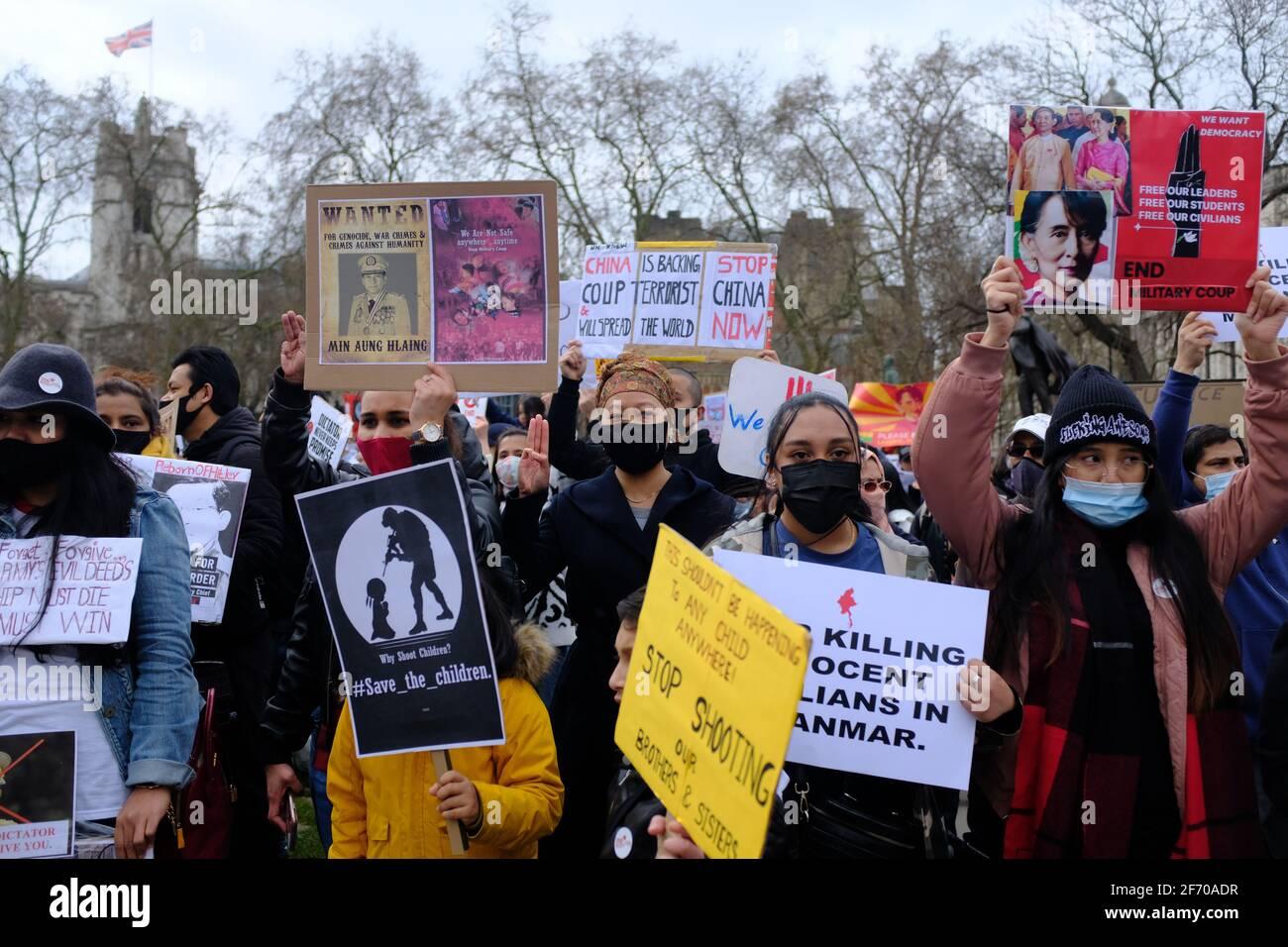 LONDON - 3. APRIL 2021: Demonstranten auf dem Parliament Square gegen den chinesischen und russischen Militärputsch in Myanmar, Burma, unterstützten. Stockfoto