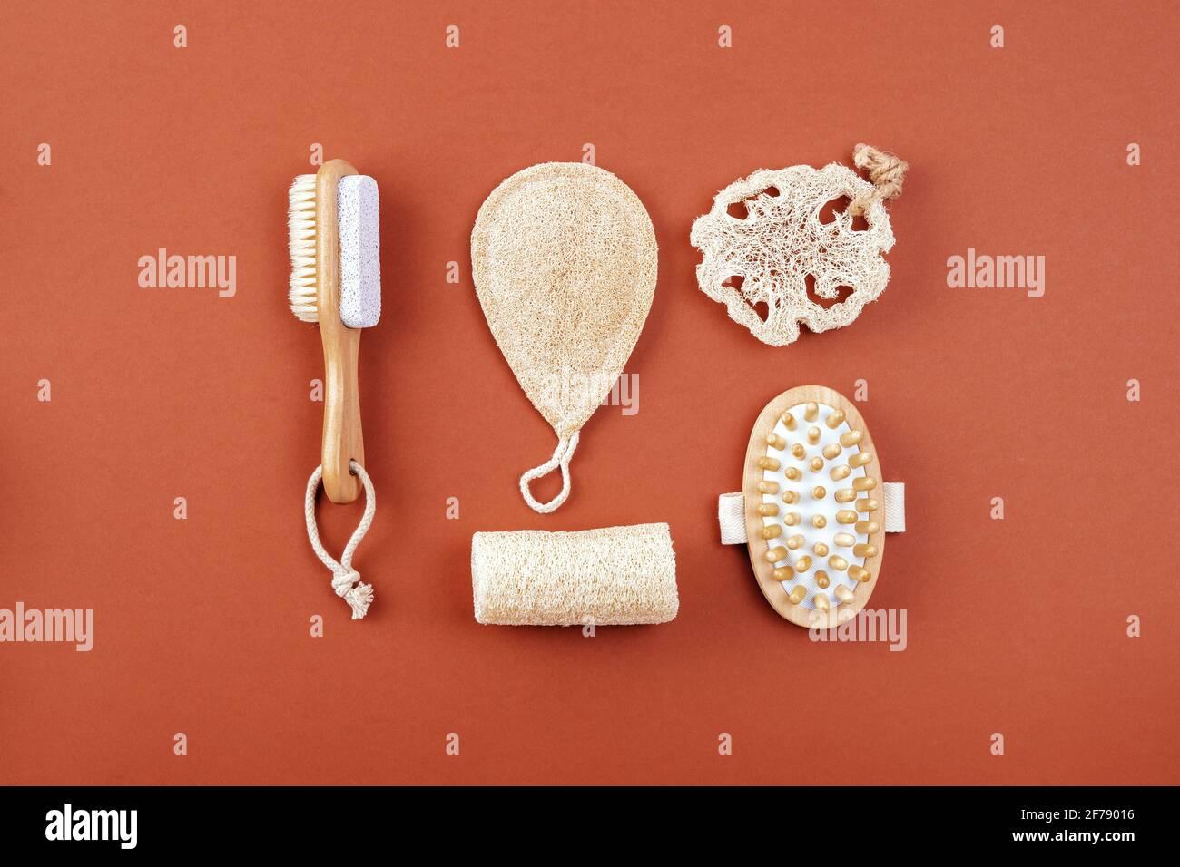 Natürlicher Reinigungsschwamm, Massagebürste, plastikfrei, Bambus- und Holzset, Öko-Badartikel. Nachhaltiges Lifestyle-Konzept. Stockfoto