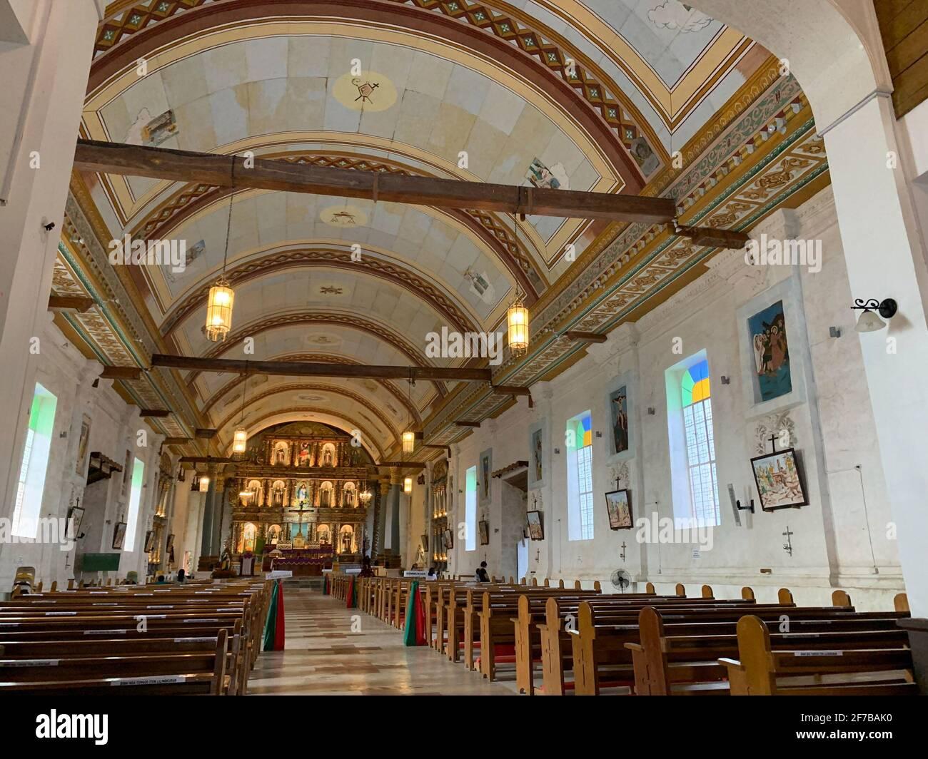 Im Inneren der vollständig restaurierten Kirche der Unbefleckten Empfängnis in Guiuan Ost-Samar. Diese Kirche wurde während des Taifuns Yolanda im letzten Jahr 2013 zerstört. Philippinen. Stockfoto