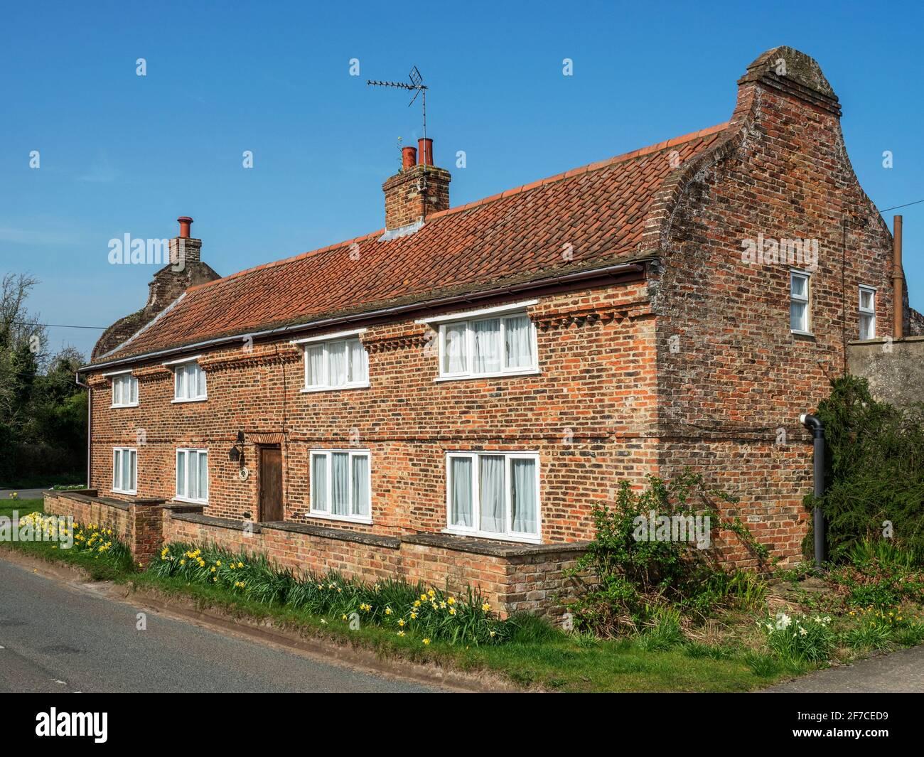 Long Cottage ein denkmalgeschütztes Gebäude mit holländischem Giebel endet in Arkendale in der Nähe von Knaresborough North Yorkshire England Stockfoto