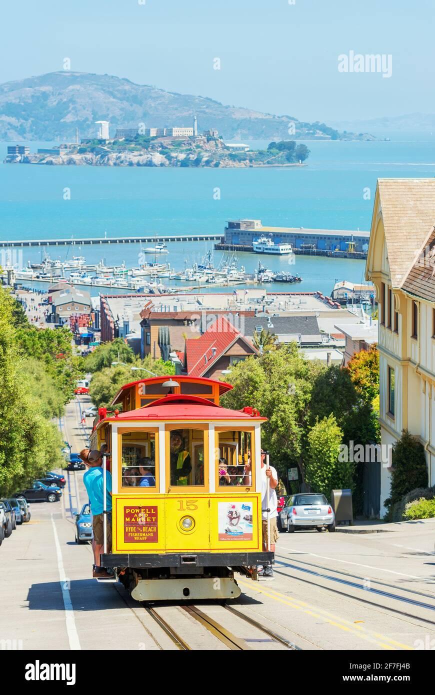 Cable Car-Linie Powell-Hyde mit Alcatraz Island im Hintergrund, San Francisco, Kalifornien, USA, Nordamerika Stockfoto