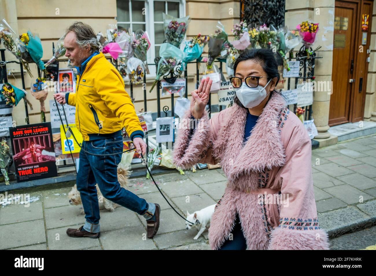 London, Großbritannien. April 2021. Die Demonstranten gingen nach, nachdem Botschafter Kyaw zwar Minn (der im vergangenen Monat die Reihen der Militärjunta seines Landes brach) den Zugang zur Botschaft in Mayfair, London, verweigert hatte. Die Demonstranten fordern außerdem, dass das Militär von Myanmar/Burma die demokratische Regierung nach ihrem Putsch wieder einführt und fordern die britische Regierung um Hilfe auf. Kredit: Guy Bell/Alamy Live Nachrichten Stockfoto