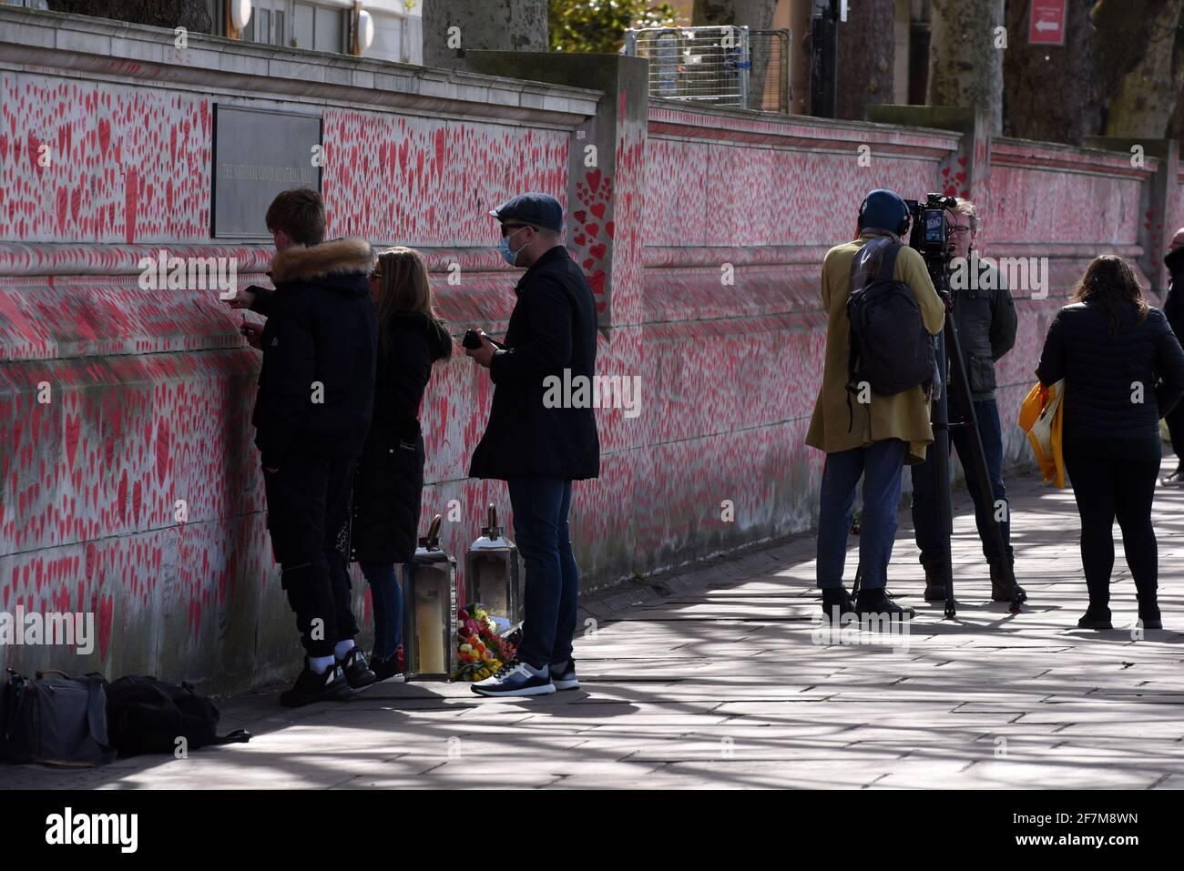 London, April 2021: Die National Covid Memorial Wall vor dem St. Thomas' Hospital auf dem Albert Embankment Path an der Themse in London Stockfoto