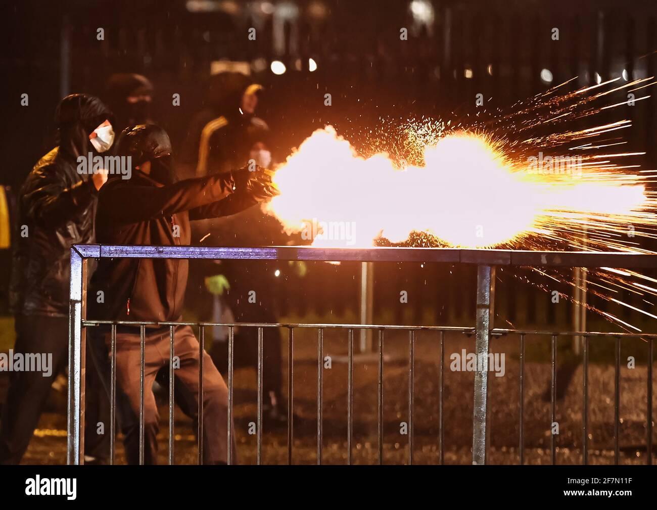 Jugendliche feuern während weiterer Unruhen in Belfast ein Feuerwerk am PSNI auf der Springfield Road. Bilddatum: Donnerstag, 8. April 2021. Stockfoto