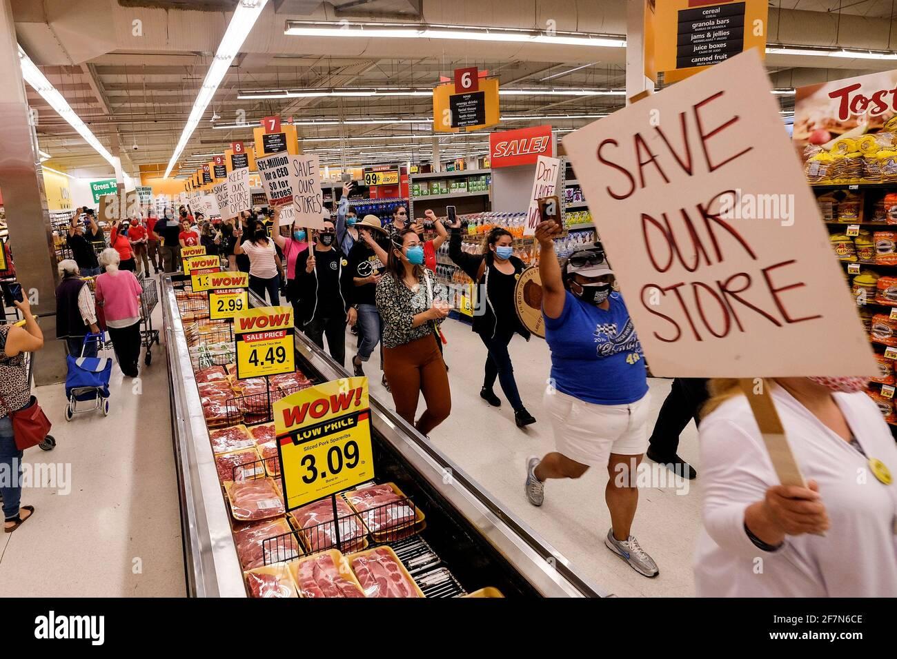 Los Angeles, Kalifornien, USA. April 2021. Frontline-Lebensmittelarbeiter und ihre Anhänger, die Schilder halten, marschieren während einer Demonstration in einem Lebensmittelgeschäft mit dem Wert Food 4 Less, um die Kroger Company aufzufordern, ihren Arbeitern eine vorübergehende Hazard-Bezahlung zu zahlen und die nationale Supermarktgesellschaft aufzufordern, ihre Geschäfte nicht zu schließen, um Vergeltung für lokale Verordnungen zu leisten, die dies erfordern Die vorübergehende Lohnauszahlung während des Ausbruchs der Coronavirus-Krankheit (COVID-19). Kredit: Ringo Chiu/ZUMA Wire/Alamy Live Nachrichten Stockfoto