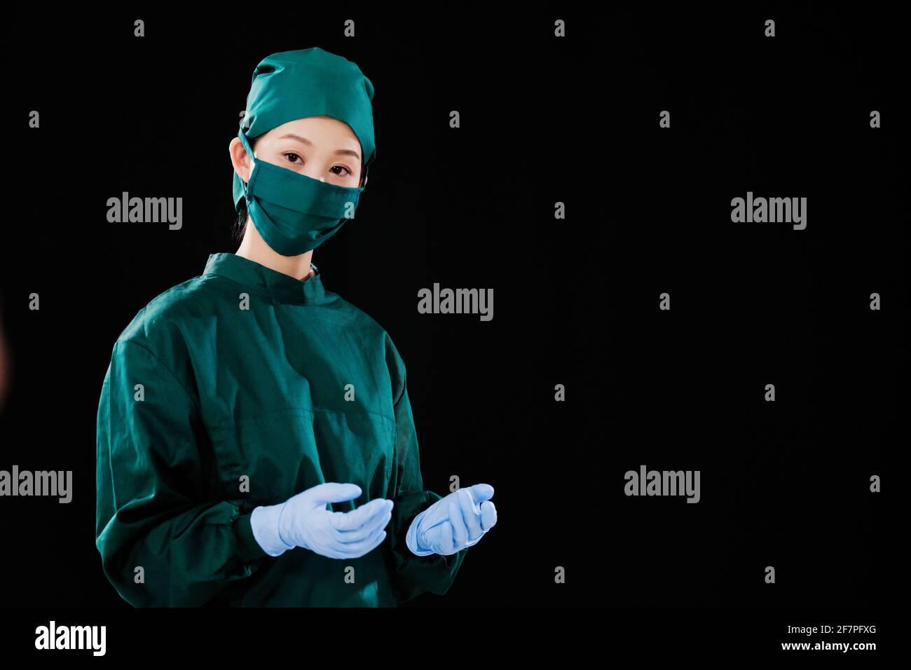 Porträt einer jungen Chirurgen, die auf die Kamera schaut Stockfoto
