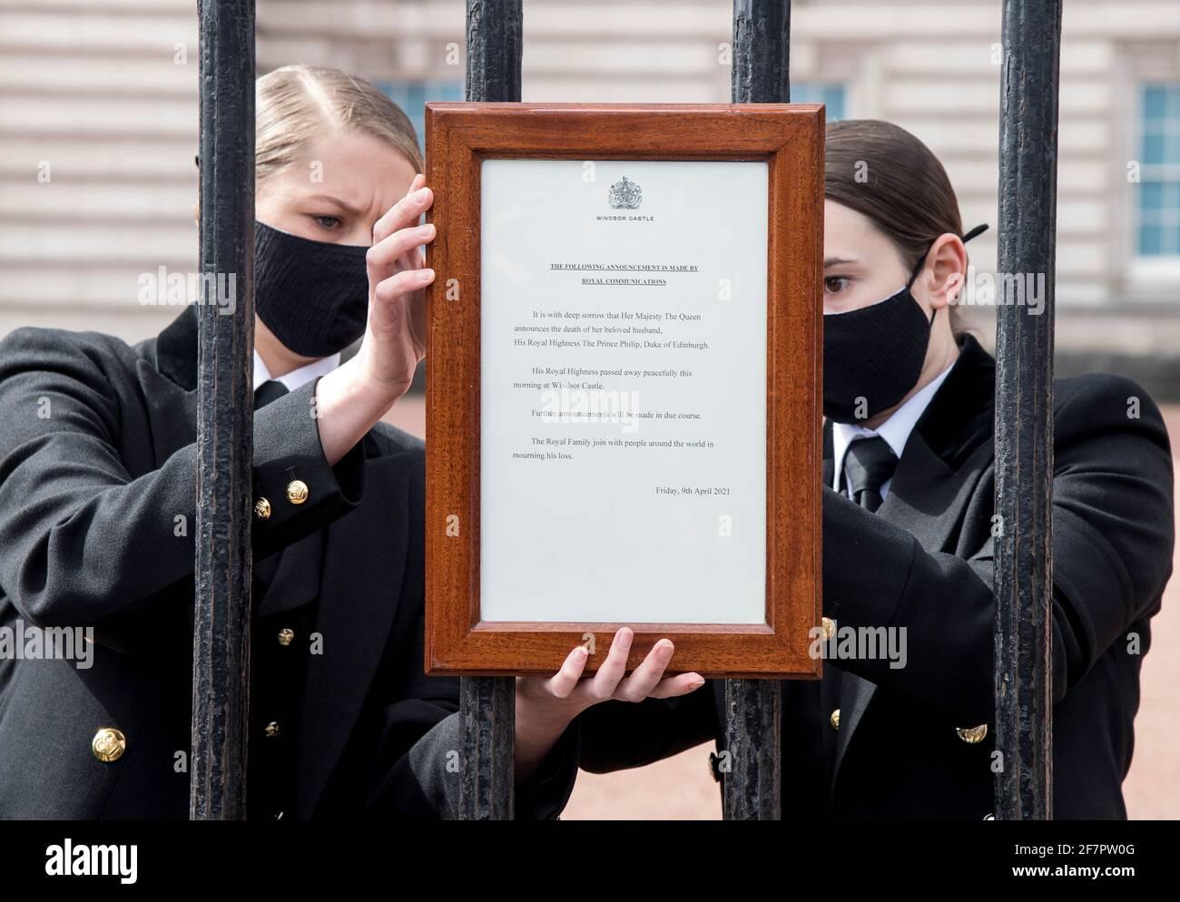 Ein Zeichen, das den Tod des britischen Prinzen Philip, Herzog von Edinburgh, ankündigt, der im Alter von 99 Jahren gestorben ist, wird am 9. April 2021 vor den Toren des Buckingham Palace in London, Großbritannien, angebracht. Ian West/Pool via REUTERS Stockfoto