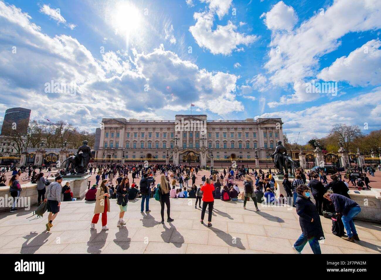 Nach der Ankündigung des Todes des Herzogs von Edinburgh im Alter von 99 Jahren versammeln sich Menschen vor dem Buckingham Palace, London. Bilddatum: Freitag, 9. April 2021. Stockfoto