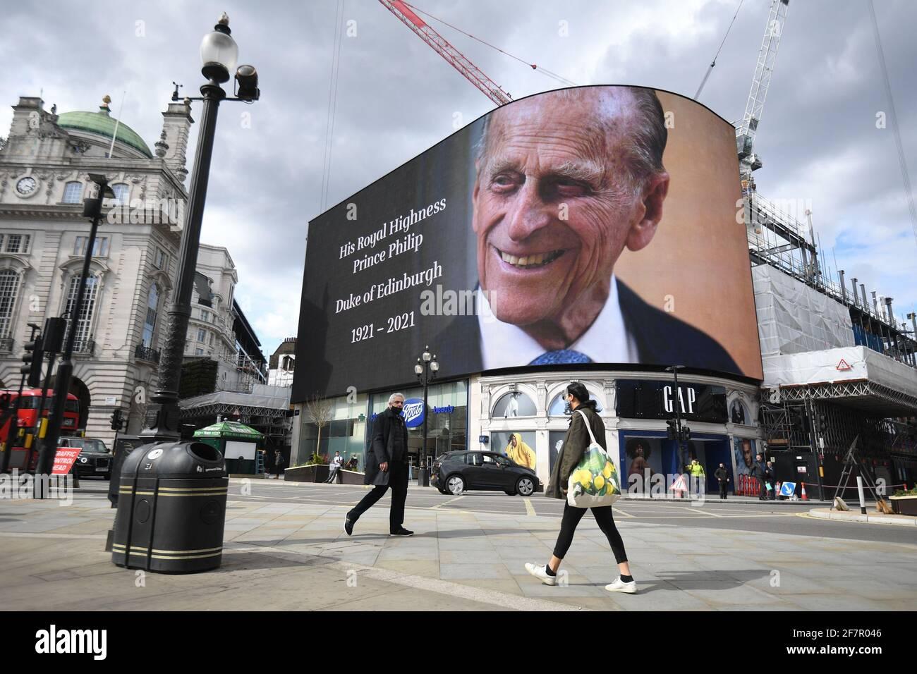 Eine Hommage an den Herzog von Edinburgh, die 24 Stunden lang gezeigt wird, wird nach der Ankündigung seines Todes im Alter von 99 Jahren im Piccadilly Lights im Zentrum von London ausgestellt. Bilddatum: Freitag, 9. April 2021. Stockfoto