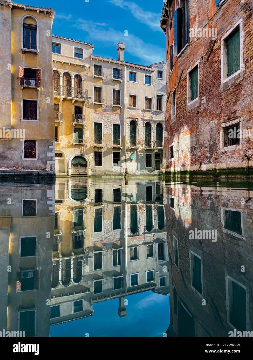 Bunte Wasserspiegelungen im leeren Kanal ohne Boote Stockfoto