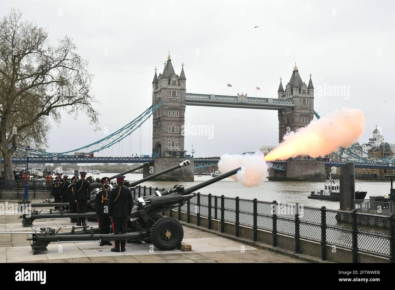 Mitglieder der Honourable Artillery Company feuern aus Anlass des Todes des Herzogs von Edinburgh einen 41-runden Waffengruß vom Kai am Tower of London ab. Bilddatum: Samstag, 10. April 2021. Stockfoto