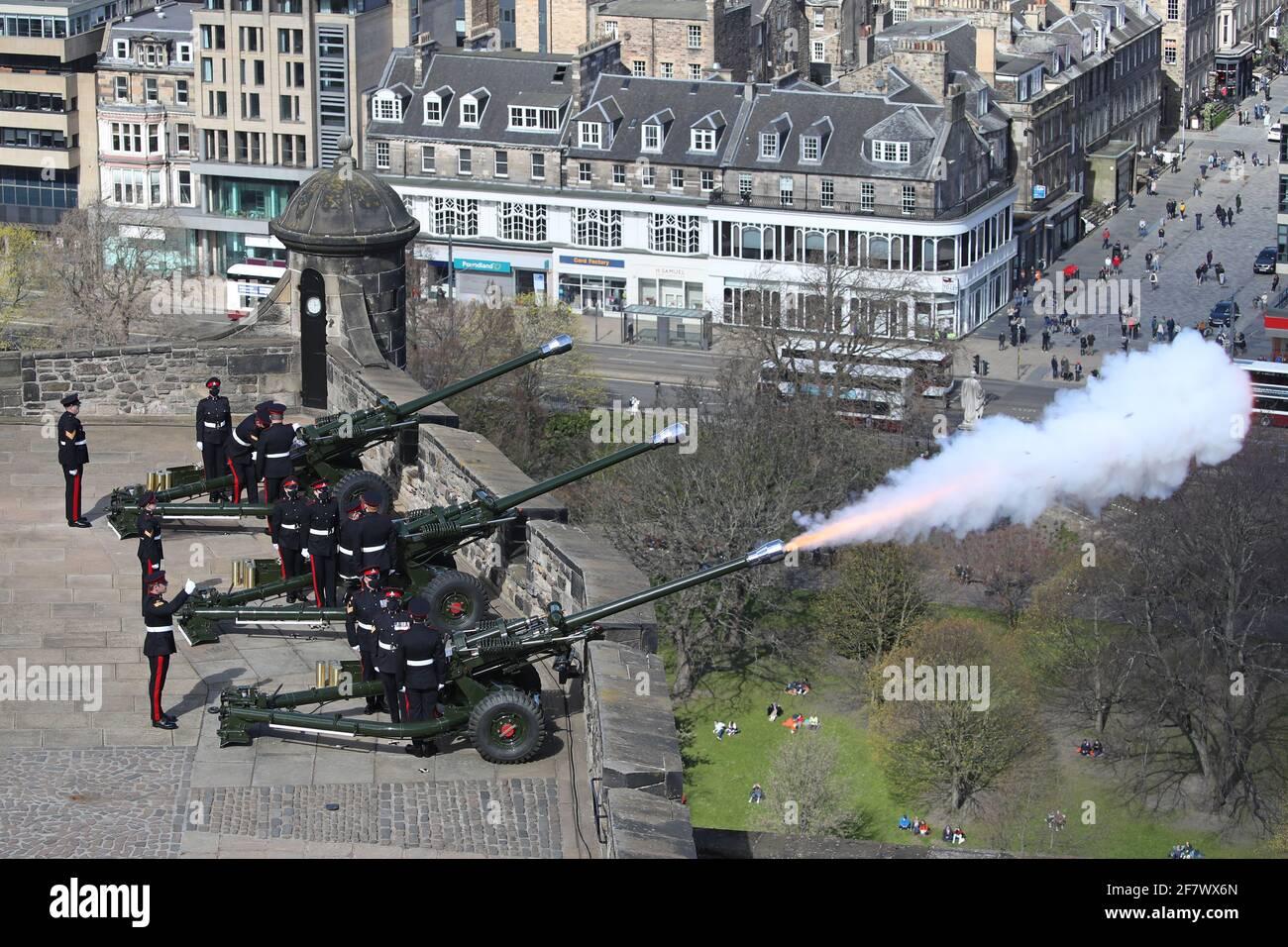 Mitglieder des 105. Regiments Royal Artillery feuern einen 41-runden Waffengruß auf das Edinburgh Castle, um den Tod des Herzogs von Edinburgh zu markieren. Bilddatum: Samstag, 10. April 2021. Stockfoto