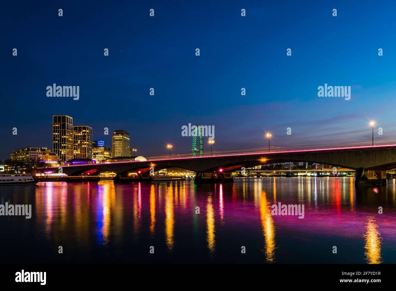 Blick am frühen Abend auf die Lichter der Waterloo Bridge über der Themse, London, Großbritannien Stockfoto