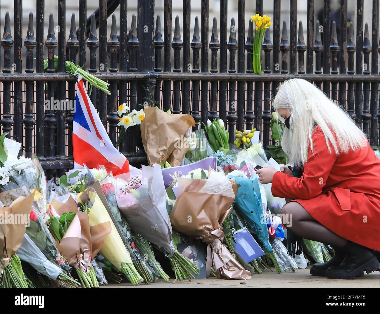 London, Großbritannien, 10. April 2021. Menschen standen Schlange, um vor dem Buckingham Palace Blumen zu legen und ihren Respekt zu zollen, als Hommage an seine Königliche Hoheit Prinz Philip, der am Freitag im Alter von 99 Jahren, nur 2 Monate vor seinem 100. Geburtstag, starb. Monica Wells/Alamy Live News Stockfoto