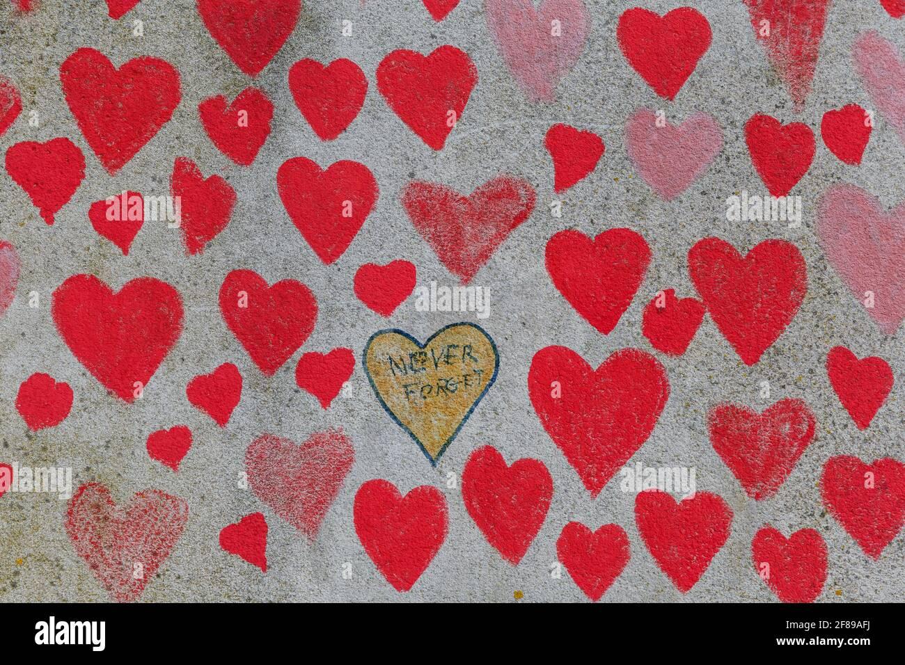 Rote Herzen auf der National Covid Memorial Wall als gemalt Eine Hommage an die britischen Opfer der Coronavirus-Pandemie Stockfoto