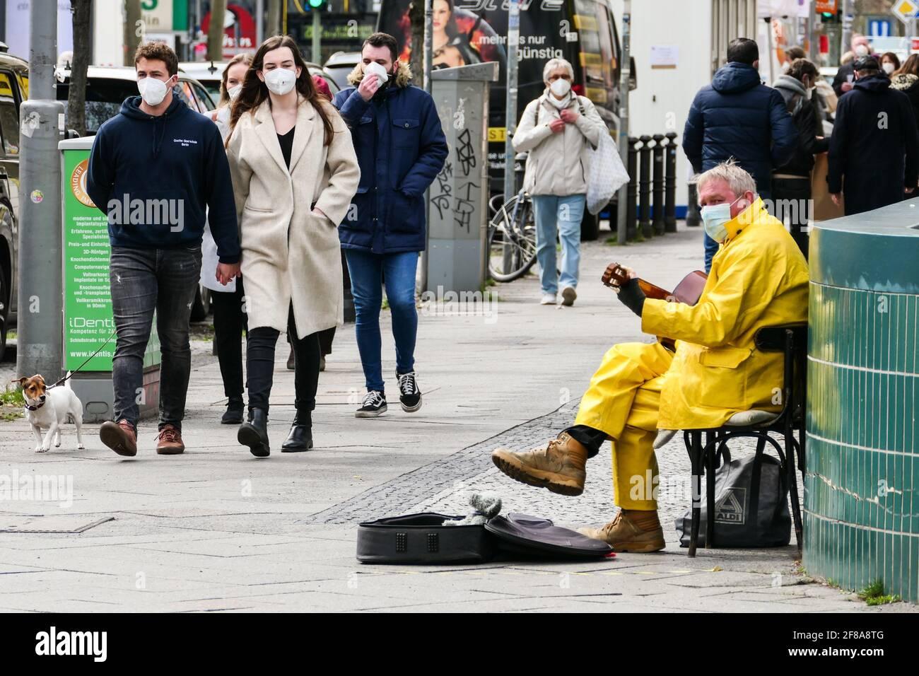 Berlin, Deutschland. April 2021. Ein Musiker mit Gesichtsmaske tritt am 12. April 2021 in Berlin, der Hauptstadt Deutschlands, auf. Nach Angaben des Robert Koch-Instituts (RKI) wurden am Montag seit Ausbruch der Pandemie mehr als drei Millionen COVID-19-Infektionen in Deutschland registriert. Quelle: Stefan Zeitz/Xinhua/Alamy Live News Stockfoto