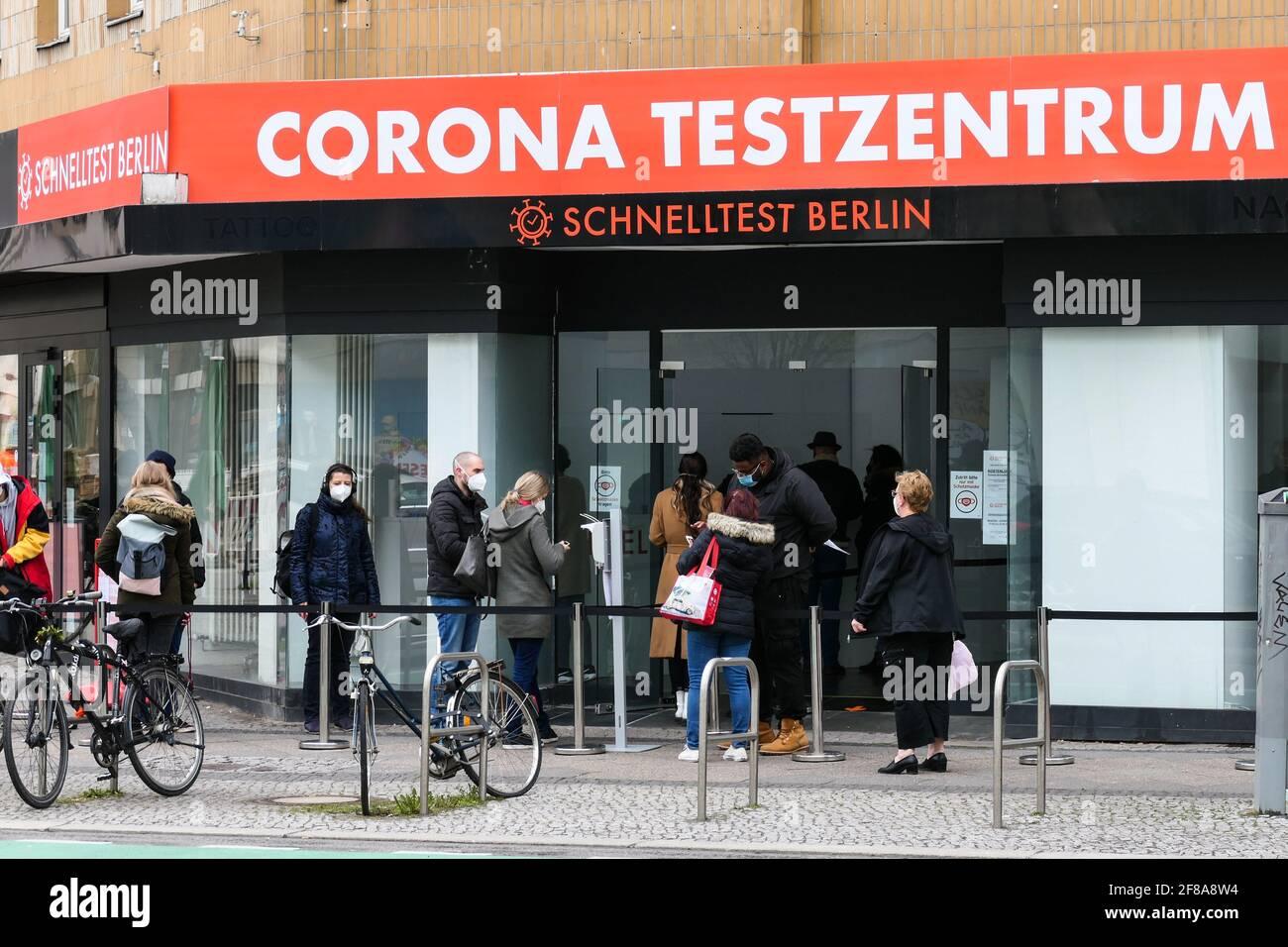 Berlin, Deutschland. April 2021. Am 12. April 2021 warten Menschen vor einem Testgelände in Berlin, der Hauptstadt Deutschlands, auf COVID-19-Tests. Nach Angaben des Robert Koch-Instituts (RKI) wurden am Montag seit Ausbruch der Pandemie mehr als drei Millionen COVID-19-Infektionen in Deutschland registriert. Quelle: Stefan Zeitz/Xinhua/Alamy Live News Stockfoto